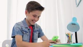 Menino feliz com smartphone em casa filme