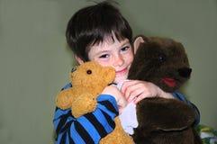 Menino feliz com ursos Imagens de Stock Royalty Free
