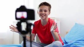 Menino feliz com vídeo da gravação da câmera em casa video estoque