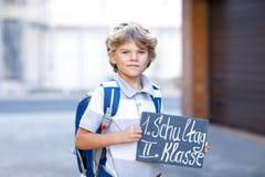Menino feliz da criança com trouxa ou sacola Aluno na maneira à escola Criança adorável saudável fora na mesa Imagem de Stock Royalty Free