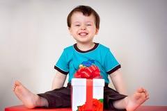 Menino feliz da criança com uma caixa de presente Imagens de Stock Royalty Free