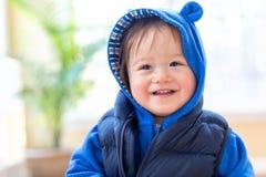 Menino feliz da criança empacotado acima na roupa do inverno imagens de stock royalty free