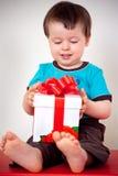 Menino feliz da criança que abre uma caixa de presente Fotografia de Stock Royalty Free