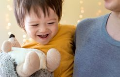 Menino feliz da criança que está sendo guardado por seus pais fotos de stock