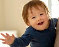 Menino feliz da criança que está sendo guardado por seus pais imagem de stock