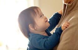 Menino feliz da criança que está sendo guardado por seus pais imagem de stock royalty free
