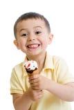 Menino feliz da criança que come o gelado isolado Fotografia de Stock Royalty Free