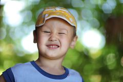 Menino feliz de sorriso no chapéu Fotos de Stock