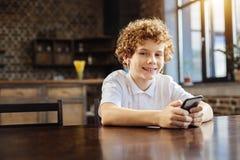 Menino feliz do preteen que escuta a música em casa imagem de stock