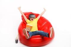 Menino feliz em vidros de VR com pipoca imagens de stock royalty free