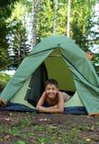 Menino feliz na barraca de acampamento Fotografia de Stock Royalty Free