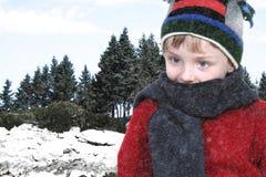 Menino feliz na roupa do inverno no parque do lago na neve Imagem de Stock Royalty Free