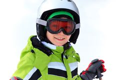 Menino feliz no capacete do esqui fotografia de stock