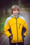 Menino feliz no parque do outono foto de stock