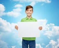 Menino feliz no t-shirt que guarda a placa vazia branca Imagens de Stock