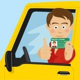 Menino feliz novo que mostra sua carteira de habilitação nova que senta-se em seu carro ilustração stock