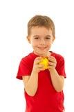 Menino feliz que come a maçã fotografia de stock royalty free