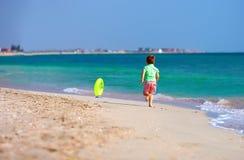 Menino feliz que corre a praia para o anel de borracha Imagens de Stock Royalty Free