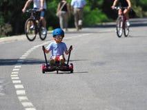 Menino feliz que está no hoverboard ou no gyroscooter com acesso do kart foto de stock royalty free
