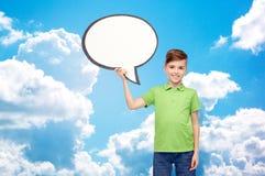 Menino feliz que guarda a bandeira branca vazia da bolha do texto Fotografia de Stock Royalty Free