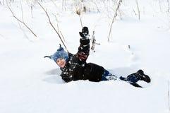 Menino feliz que joga com neve Foto de Stock