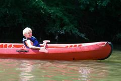 Menino feliz que kayaking no rio imagem de stock royalty free