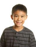 Menino filipino feliz de sorriso no fundo branco fotos de stock