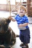 Menino formado da criança com os olhos azuis que dançam na rua próximo Fotos de Stock Royalty Free
