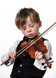 Menino Freckled do vermelho-cabelo que joga o violino. foto de stock royalty free