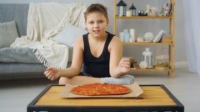 Menino gordo que come a pizza vídeos de arquivo