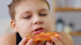 Menino gordo que come a pizza video estoque