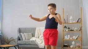 Menino gordo que faz exerc?cios no sal?o filme