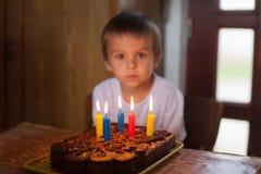 Menino idoso de cinco anos adorável que comemora Imagem de Stock