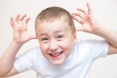 Menino idoso de cinco anos com uma expressão facial engraçada fotos de stock royalty free