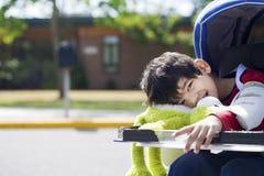 Menino incapacitado idoso de cinco anos que vai à escola Foto de Stock