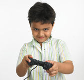 Menino indiano com playstation Fotos de Stock