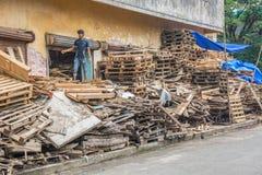 Menino indiano que recicla páletes Imagem de Stock
