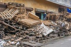 Menino indiano que recicla páletes Imagem de Stock Royalty Free
