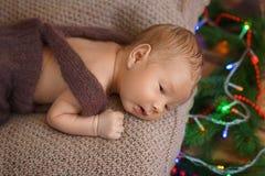 Menino infantil pequeno que encontra-se na superfície fotografia de stock