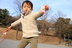 Menino japonês que joga o badminton Fotografia de Stock Royalty Free