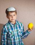 Menino judaico que veste um skullcap branco Imagens de Stock Royalty Free