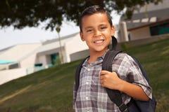 Menino latino-americano novo de sorriso pronto para a escola fotografia de stock