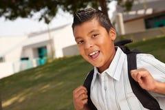 Menino latino-americano novo feliz pronto para a escola Imagens de Stock Royalty Free