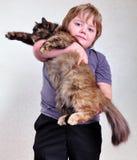 Menino louro bonito com um gato Imagem de Stock Royalty Free