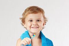 Menino louro bonito novo com toothbrush foto de stock royalty free