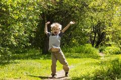 Menino louro de sorriso feliz no parque do verão Imagens de Stock