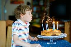 Menino louro feliz adorável da criança que comemora seu aniversário Imagens de Stock
