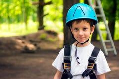 Menino na atividade de escalada no fio alto Forest Park Imagens de Stock