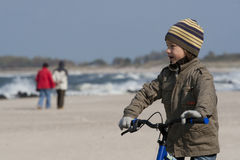 Menino na bicicleta perto de Báltico Fotografia de Stock