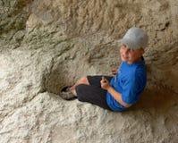 Menino na caverna Fotografia de Stock Royalty Free